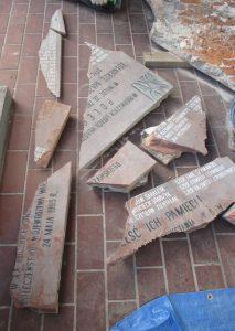 Tablica KBW w Górze Kalwarii w trakcie demontażu