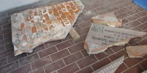 Zdemontowana tablica KBW w Górze Kalwarii