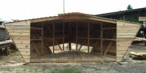 Stoisko w kształcie szkuty w trakcie budowy